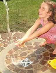 Madchen Spielt Unter Wasserstrahl Der Gartendusche