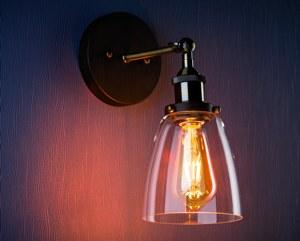 LED Filamentlampe In Einer Gläsernen Wandleuchte