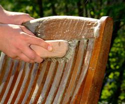 Anleitung: Gartenmöbel aus Teak auffrischen | DIY Info