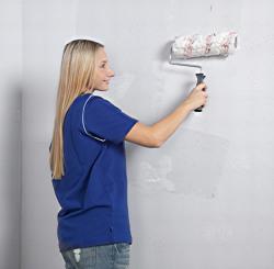 Lieblich Frau Rollt Kleister An Die Wand